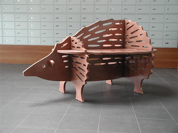 Een stalen bank in de vorm van een egel