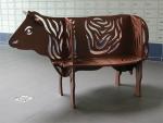 Een stalen bank in de vorm van een koe