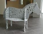 Een stalen bank in de vorm van een paard