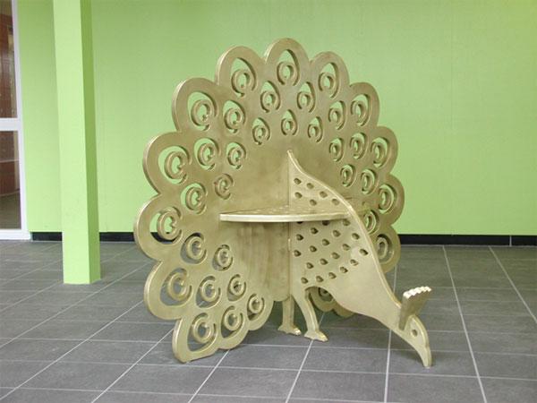 Een stalen bank in de vorm van een pauw