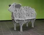 Een stalen bank in de vorm van een schaap