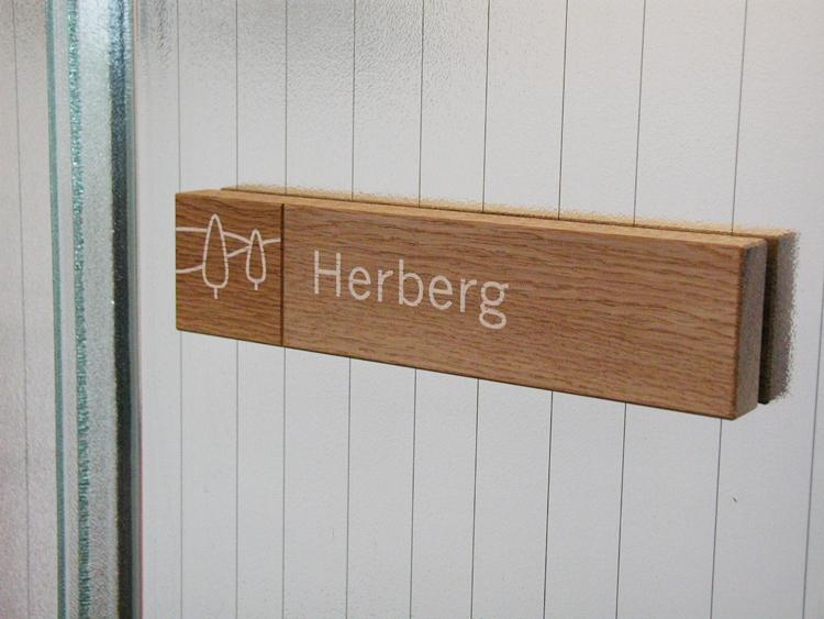 Een naambord in een vergaderruimte