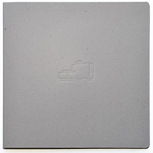 Een kartonnen map met een aluminium schijf
