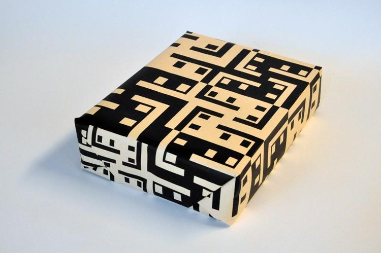 Een pakje in een vel cadeaupapier