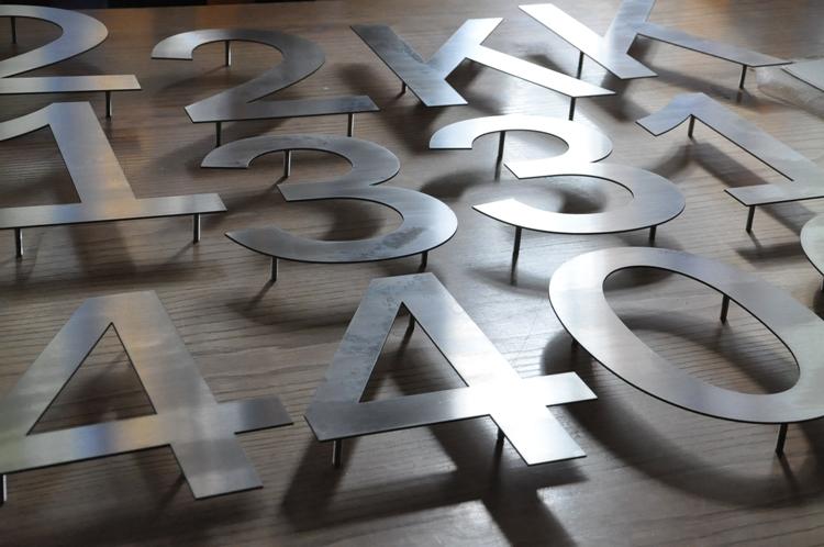 Bewegwijzering met cijfers en de letters
